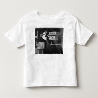 Muchacho en mantón de rezo durante Año Nuevo judío Camisetas