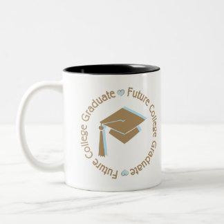 Muchacho futuro del graduado de la universidad taza de café