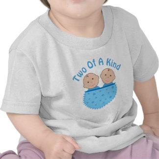 Muchacho gemelo dos de una camiseta buena del bebé