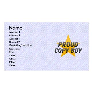 Muchacho orgulloso de la copia tarjetas de visita