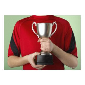 Muchacho que sostiene el trofeo invitación 12,7 x 17,8 cm