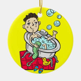 Muchacho que toma el baño adorno redondo de cerámica