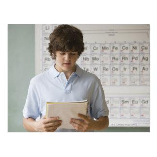 Muchacho Teenaged pronunciar discurso en clase de  Postales