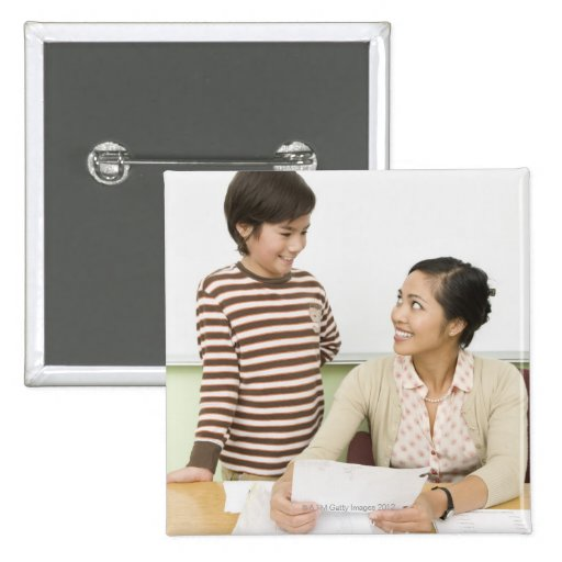 Muchacho y profesor en el escritorio de los profes pin