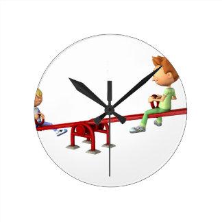Muchachos del dibujo animado que se divierten en reloj redondo mediano