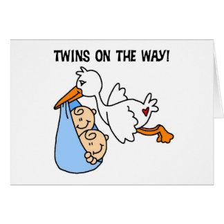 Muchachos gemelos en la manera tarjeta de felicitación
