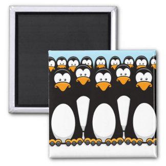 Muchedumbre de pingüinos divertidos del dibujo imán