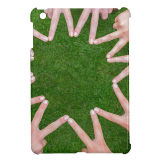 Muchos brazos de niños con las manos que hacen la