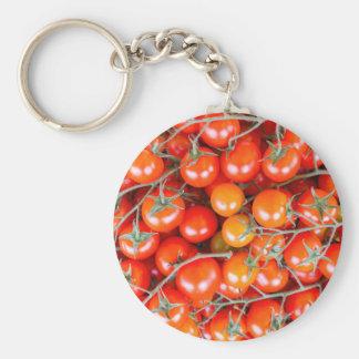 Muchos manojos de tomates rojos de la vid llavero redondo tipo chapa