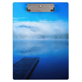 Muelle en el lago brumoso tranquilo, California