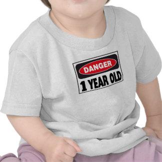 Muestra de 1 año del peligro camisetas