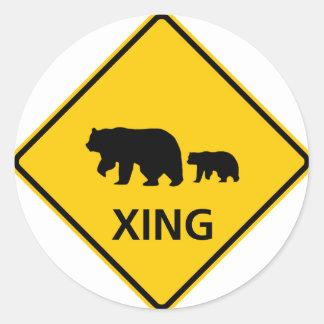 Muestra de la carretera de la travesía del oso pegatina redonda