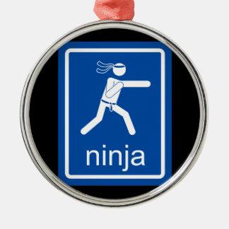 muestra del universal del ninja adorno navideño redondo de metal