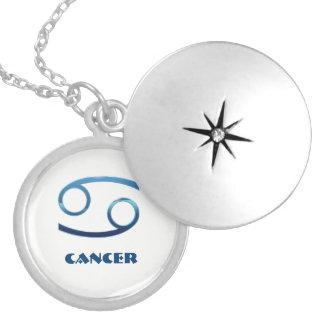 Muestras azules del zodiaco del cáncer en blanco collar plateado