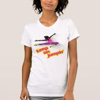 mujer aerobia de los años 80 - guarde en jumpin camiseta