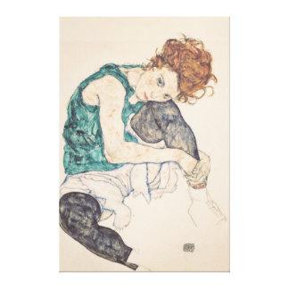 Mujer asentada con la cabeza en rodilla impresión en lienzo
