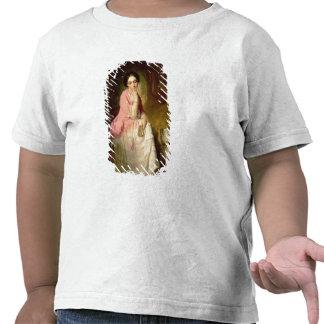 Mujer asentada en un claro del bosque camiseta