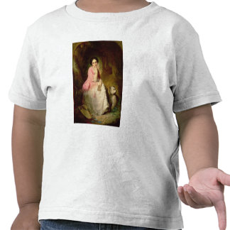 Mujer asentada en un claro del bosque camisetas