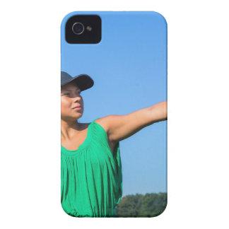 Mujer con del guante y del casquillo béisbol que funda para iPhone 4