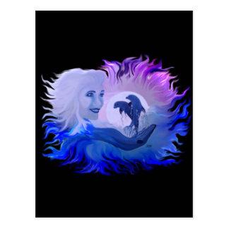 Mujer con delfines en la luz de luna postal