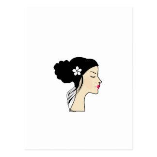 mujer con un bollo postal