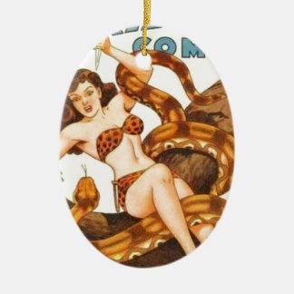 Mujer con una serpiente adorno navideño ovalado de cerámica
