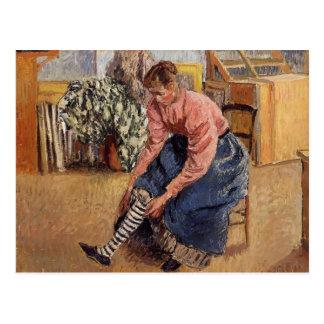 Mujer de Camilo Pissarro- que pone en sus medias Postal