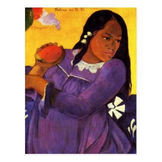 Mujer de Gauguin con una postal del mango