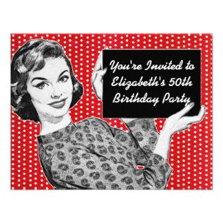 mujer de los años 50 con un cumpleaños de la muest invitaciones personalizada