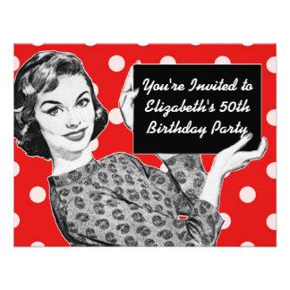 mujer de los años 50 con un cumpleaños de la muest comunicado personalizado