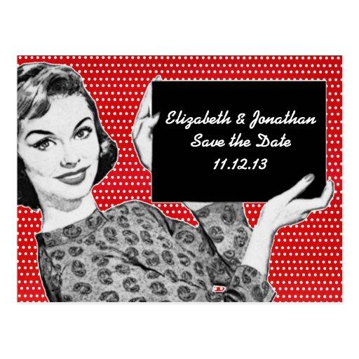 mujer de los años 50 con una reserva de la muestra tarjetas postales
