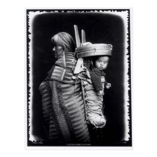 Mujer de Navajo que lleva un papoose en ella Postal