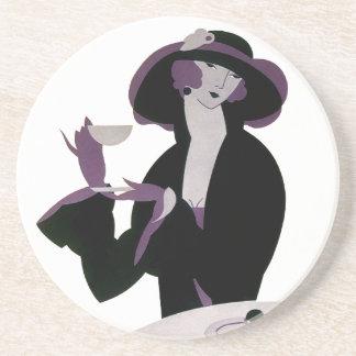Mujer del art déco del vintage, té de tarde y magd posavasos cerveza