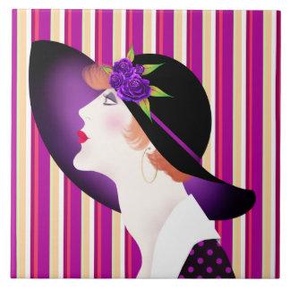 Mujer del art déco en gorra grande azulejo cuadrado grande