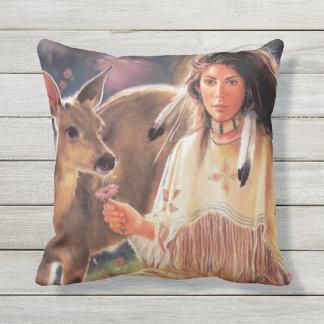 Mujer del nativo americano cojín decorativo