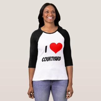 mujer del patio del amor de la camisa i
