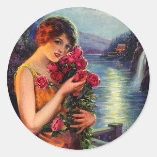 Mujer del vintage con los rosas rojos en claro de pegatina redonda