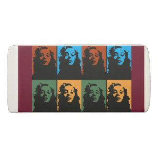 Mujer del vintage en borrador de la cuña del color