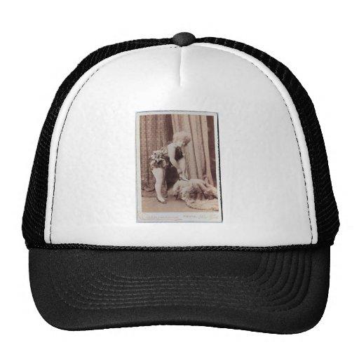 Mujer del vintage en la piel gorras de camionero