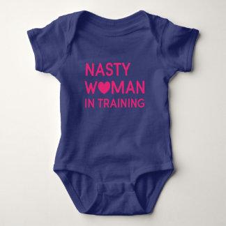 Mujer desagradable en el entrenamiento body para bebé