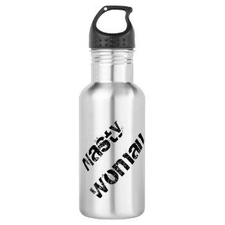 Mujer desagradable, texto negro sucio en la plata botella de agua