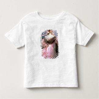 Mujer elegante en una rosaleda camisas