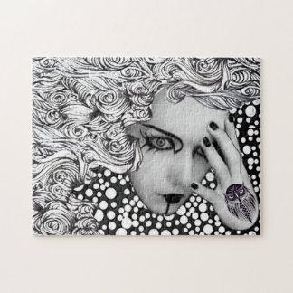Mujer en dotts con rompecabezas del búho
