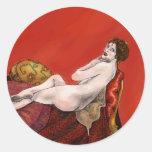 Mujer en el sofá rojo pegatina redonda
