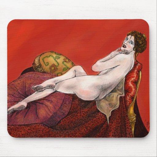 Mujer en el sofá rojo tapete de ratones