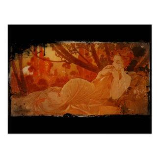 Mujer en hojas de otoño postal