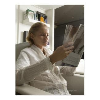 Mujer en salón de la peluquería postal