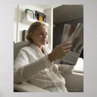 Mujer en salón de la peluquería impresiones