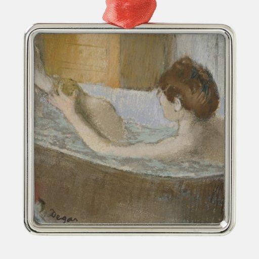 Mujer en su baño, limpiando su pierna con esponja, ornaments para arbol de navidad