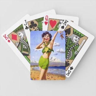Mujer en traje de baño en la playa baraja de cartas